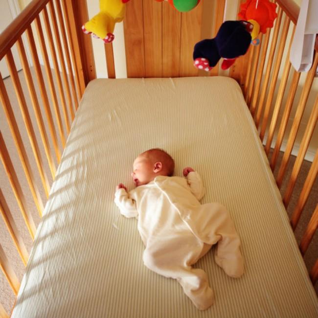 Từ vụ bé 3 tháng tuổi qua đời trong cũi: Chọn cũi cho trẻ phải lưu ý những điều này - Ảnh 1.