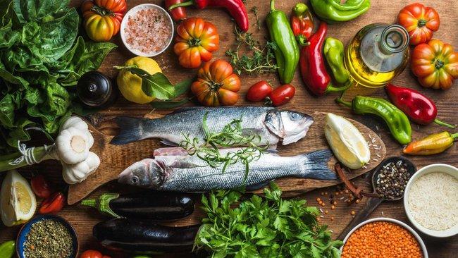 Giữa vô số chế độ ăn kiêng, nhiều người vẫn chọn chế độ ăn nhiều rau, ngũ cốc, cá và dầu ô liu vì lý do này - Ảnh 2.