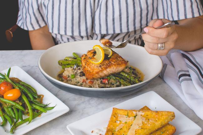 Giữa vô số chế độ ăn kiêng, nhiều người vẫn chọn chế độ ăn nhiều rau, ngũ cốc, cá và dầu ô liu vì lý do này - Ảnh 3.