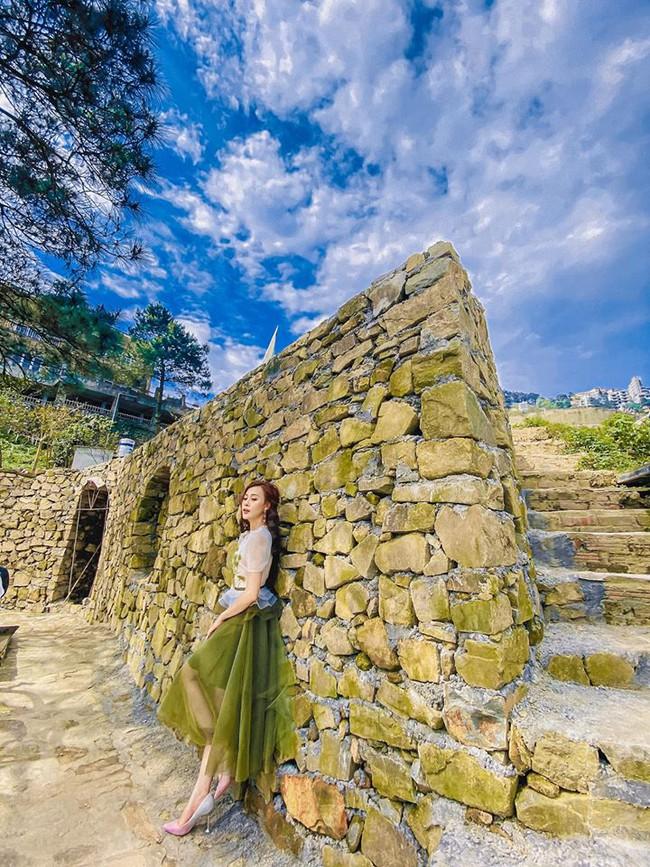 Phương Oanh như công chúa giữa khung cảnh mây trời xanh trong.