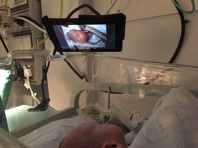 Dù đang nằm trong phòng chăm sóc đặc biệt, nhưng các em bé sinh non vẫn được nghe bố mẹ đọc truyện mỗi ngày nhờ vào một sáng kiến tuyệt vời của bệnh viện - Ảnh 2.