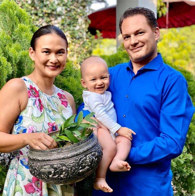 """Mới ngày nào còn """"đỏ hỏn"""" mà con trai chồng cũ Hồng Nhung và vợ đại gia Myanmar giờ đã kháu khỉnh, hoạt bát thế này - Ảnh 3."""