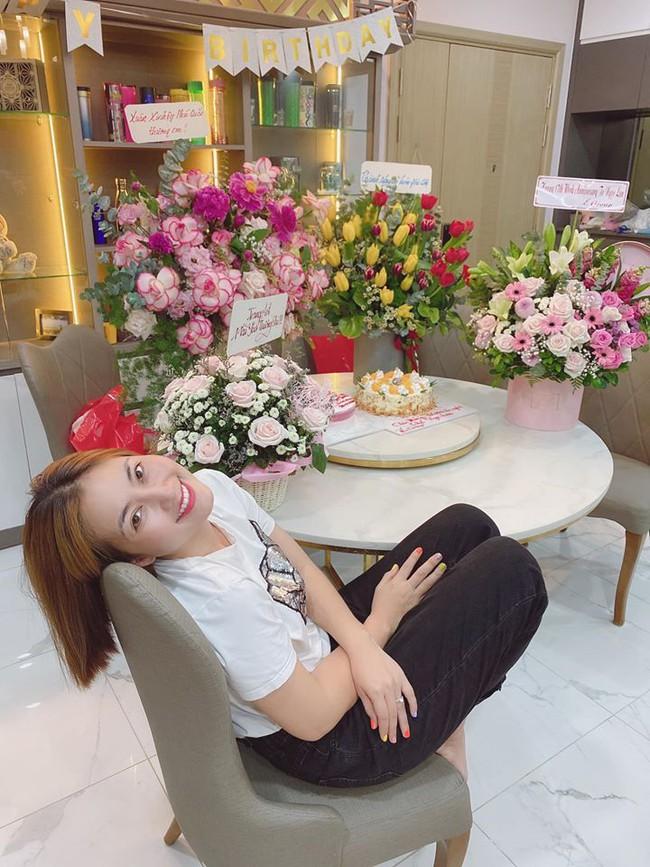 Ngọc Lan nhận được nhiều hoa tươi và quà nhân dịp kỷ niệm 17 năm làm nghề.