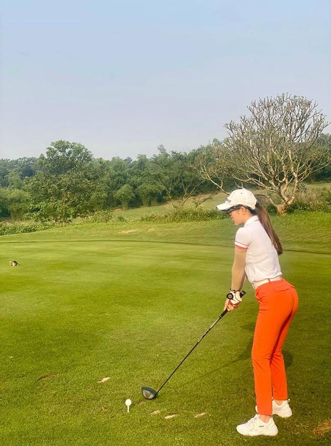 Quỳnh Nga để lộ vòng 3 cong vút khi tập tành đánh golf.