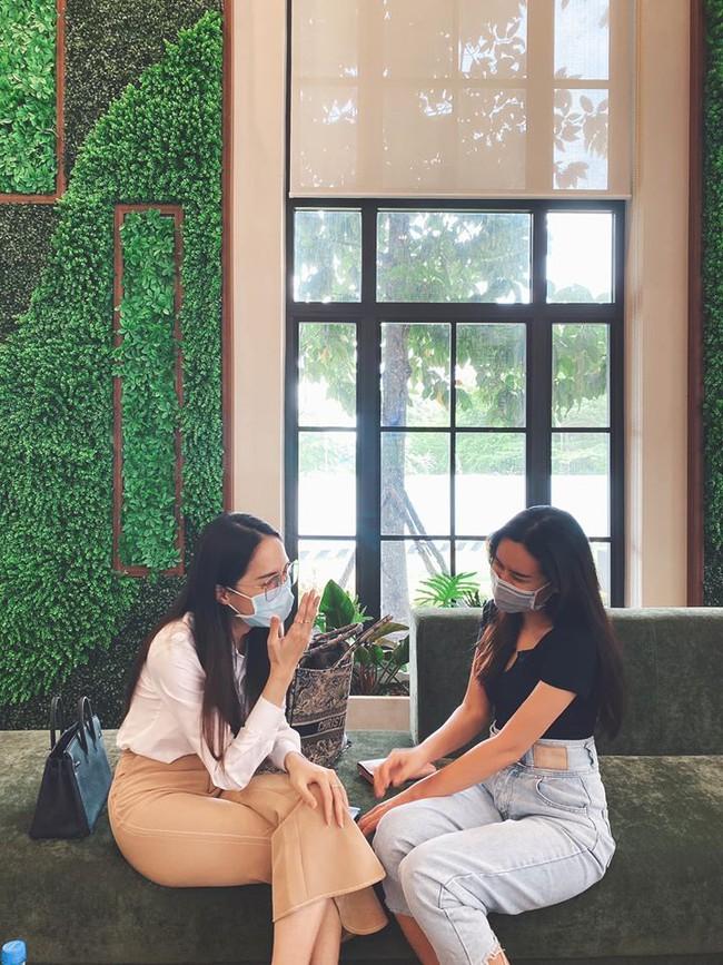 Lưu Hương Giang đăng hình đeo khẩu trang gặp gỡ Hoa hậu Hương Giang.