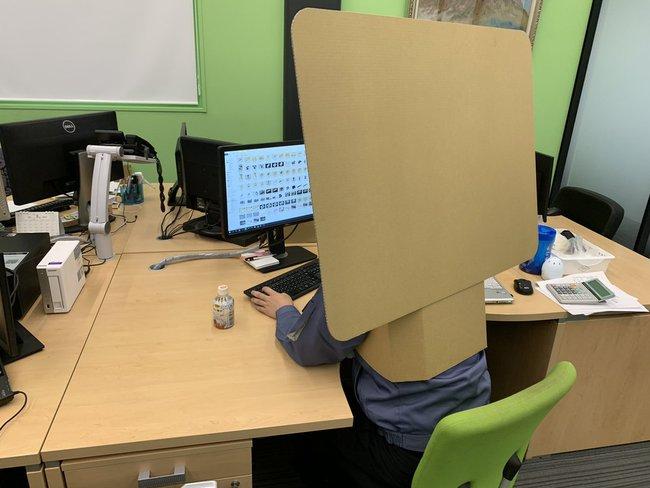 Dân công sở Nhật làm việc tại nhà phải đeo tấm bìa carton mỗi khi họp online, lý do đằng sau khiến bất cứ ai cũng té ngửa! - Ảnh 2.