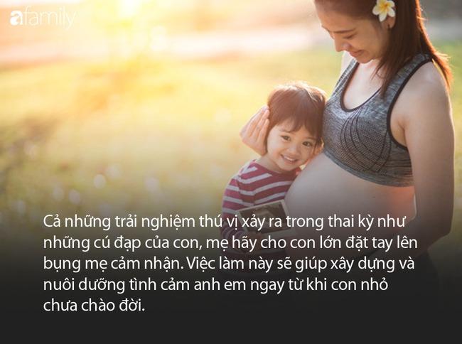 Em gái đang khóc ngằn ngặt đòi mẹ, anh trai 2 tuổi đã nhanh trí nghĩ ra cách dỗ em nín khóc hiệu quả tức thì - Ảnh 5.
