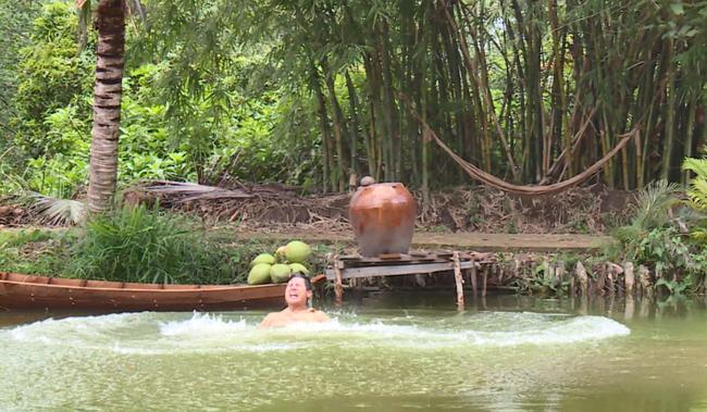"""""""Luật trời"""" tập 28: Tiến (Anh Tài) nhảy sông sau khi thấy ông Lâm ôm chặt Bích - Ảnh 7."""