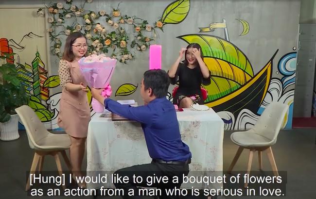 """""""Hẹn ăn trưa"""": Lần đầu đi mai mốt, chàng đại gia giàu có quỳ gối tỏ tình rồi hôn gái ế ngay tại chương trình  - Ảnh 6."""