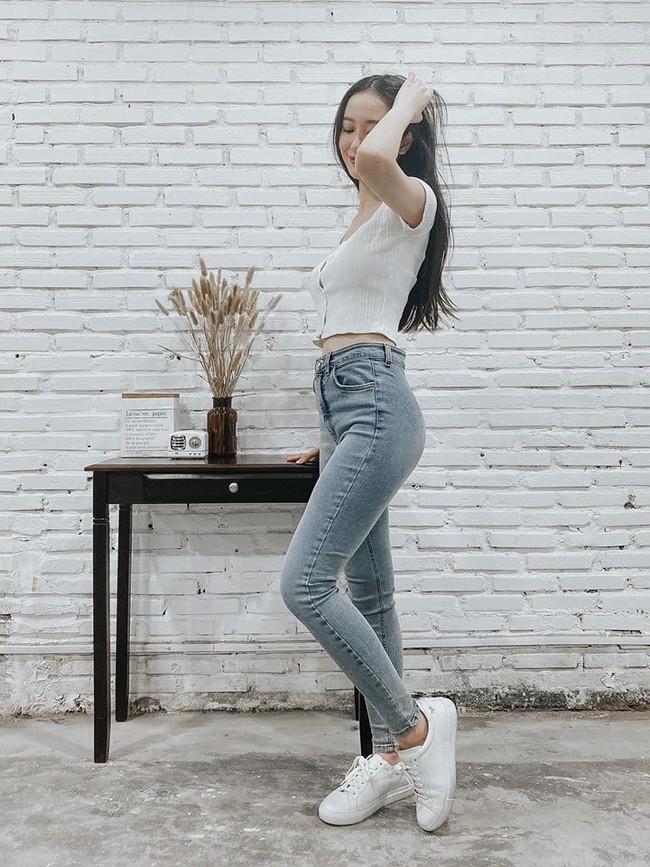 Jun Vũ diện áo crop top kết hợp quần jeans khoe eo thon, chân dài.