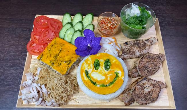 """Bé """"khỉ con"""" Sa đã khỏe lại sau trận ốm sốt, vui vẻ ăn cơm tấm sườn bì cùng mẹ Quỳnh Trần trong vlog mới - Ảnh 2."""