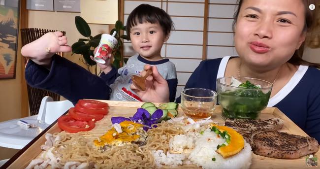 """Bé """"khỉ con"""" Sa đã khỏe lại sau trận ốm sốt, vui vẻ ăn cơm tấm sườn bì cùng mẹ Quỳnh Trần trong vlog mới - Ảnh 6."""