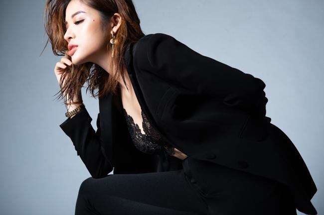 """Khác hình ảnh """"bánh bèo"""", Hoa hậu Phan Hoàng Thu bất ngờ đổi phong cách cá tính nhưng vẫn quyến rũ, gợi cảm - Ảnh 2."""