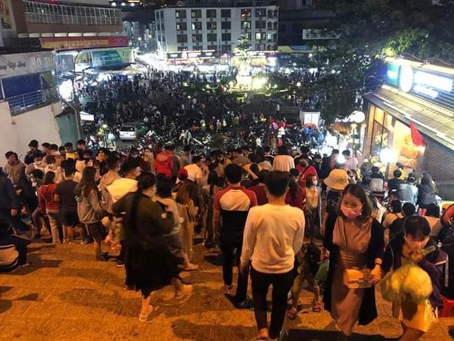 Hình ảnh Đà Lạt đông nghịt người trong ngày đầu nghỉ lễ khiến dân mạng ngỡ ngàng - Ảnh 2.