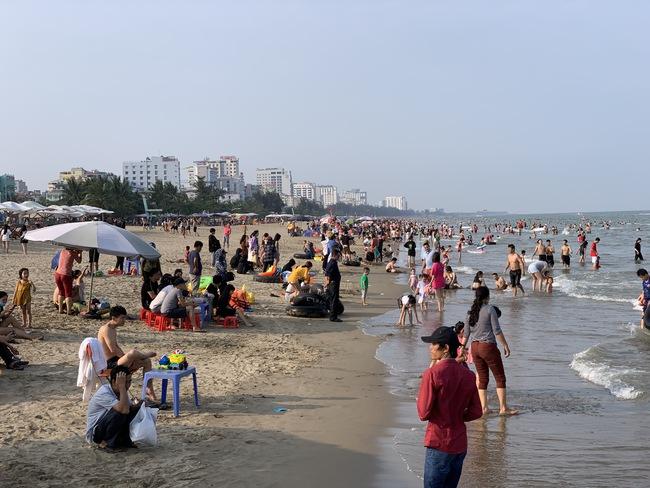 Ngày đầu tiên nghỉ lễ, bãi biển Sầm Sơn đông nghẹt người - Ảnh 15.