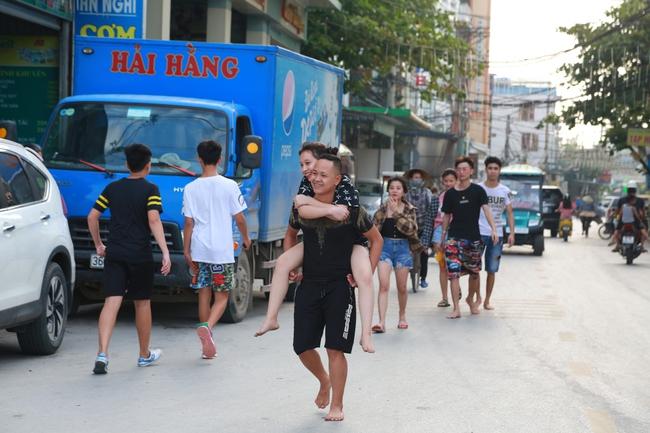 Ngày đầu tiên nghỉ lễ, bãi biển Sầm Sơn đông nghẹt người - Ảnh 1.