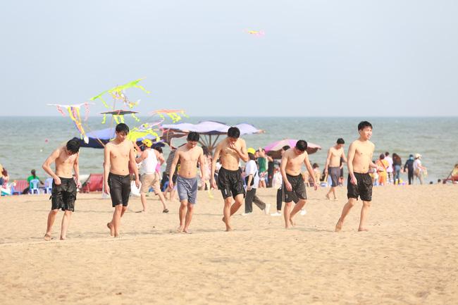 Ngày đầu tiên nghỉ lễ, bãi biển Sầm Sơn đông nghẹt người - Ảnh 14.
