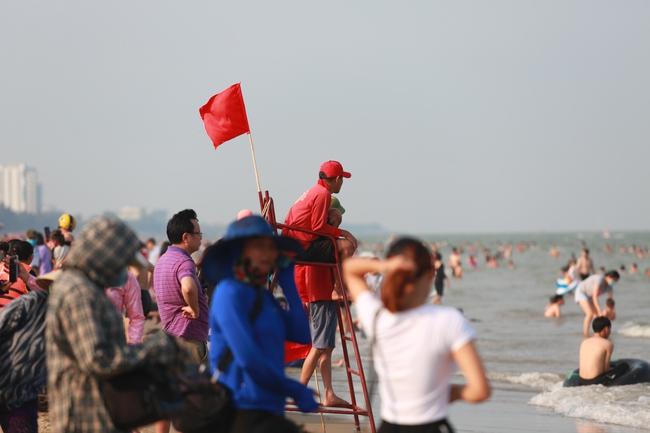 Ngày đầu tiên nghỉ lễ, bãi biển Sầm Sơn đông nghẹt người - Ảnh 7.
