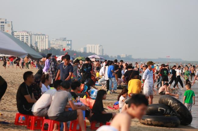 Ngày đầu tiên nghỉ lễ, bãi biển Sầm Sơn đông nghẹt người - Ảnh 5.