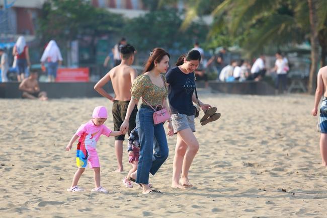 Ngày đầu tiên nghỉ lễ, bãi biển Sầm Sơn đông nghẹt người - Ảnh 3.