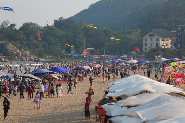 Ngày đầu tiên nghỉ lễ, bãi biển Sầm Sơn đông nghẹt người - Ảnh 13.