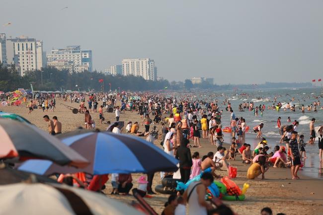 Ngày đầu tiên nghỉ lễ, bãi biển Sầm Sơn đông nghẹt người - Ảnh 4.