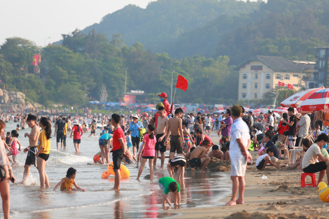 Ngày đầu tiên nghỉ lễ, bãi biển Sầm Sơn đông nghẹt người - Ảnh 11.