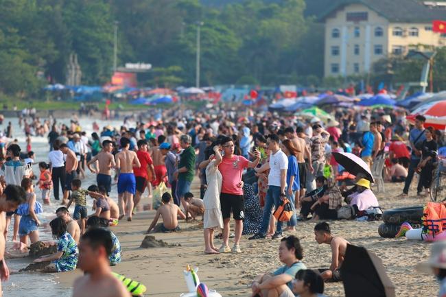 Ngày đầu tiên nghỉ lễ, bãi biển Sầm Sơn đông nghẹt người - Ảnh 6.