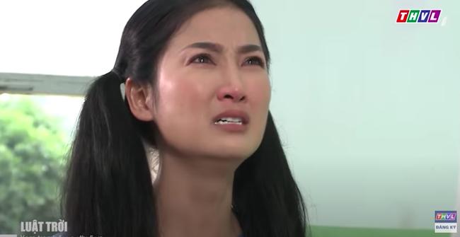 """""""Luật trời"""" tập 32: Bà mụ gào khóc quỳ lạy trước ba Tiến, đúng lúc này Trang (Ngọc Lan) ập đến bất ngờ  - Ảnh 3."""