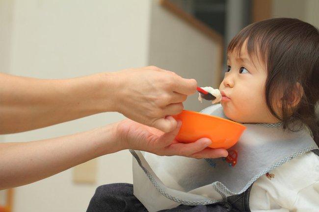 """Con nhỏ 1 tuổi nhất quyết không uống sữa do bố mẹ pha nhưng bình sữa bà nội đưa thì tu cạn sạch, người mẹ hốt hoảng khi khám phá ra """"bí mật"""" phía sau - Ảnh 2."""