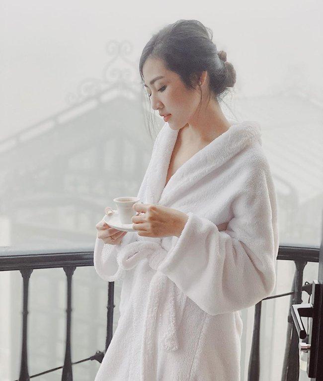 """Chỉ đơn giản là diện áo choàng tắm, mỹ nhân Việt - Hàn đã có được những khoảnh khắc sống ảo cực """"nghệ"""" - Ảnh 9."""