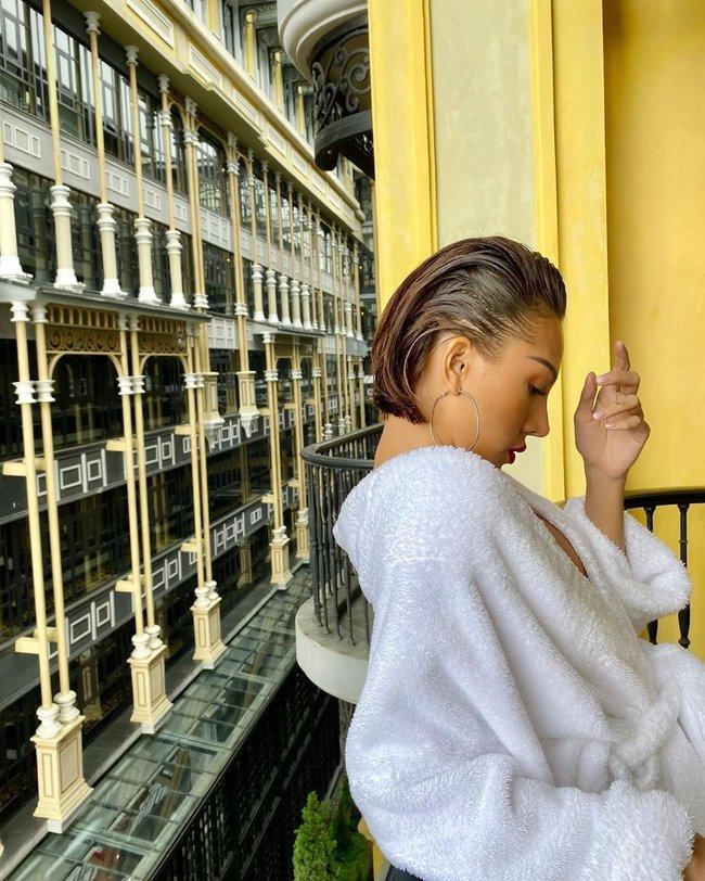 """Chỉ đơn giản là diện áo choàng tắm, mỹ nhân Việt - Hàn đã có được những khoảnh khắc sống ảo cực """"nghệ"""" - Ảnh 10."""