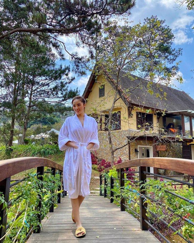 """Chỉ đơn giản là diện áo choàng tắm, mỹ nhân Việt - Hàn đã có được những khoảnh khắc sống ảo cực """"nghệ"""" - Ảnh 6."""