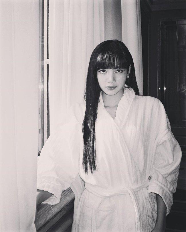 """Chỉ đơn giản là diện áo choàng tắm, mỹ nhân Việt - Hàn đã có được những khoảnh khắc sống ảo cực """"nghệ"""" - Ảnh 2."""