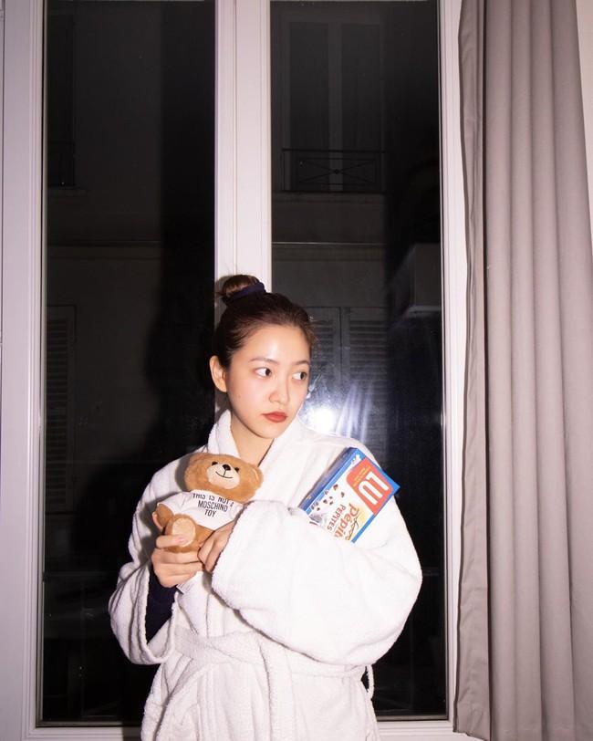 """Chỉ đơn giản là diện áo choàng tắm, mỹ nhân Việt - Hàn đã có được những khoảnh khắc sống ảo cực """"nghệ"""" - Ảnh 4."""
