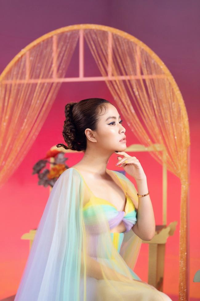 """Hoàng Thùy Linh bị chỉ trích mặc áo dài không quần trong MV """"Kẻ cắp gặp bà già"""", sự thật được phơi bày - Ảnh 4."""