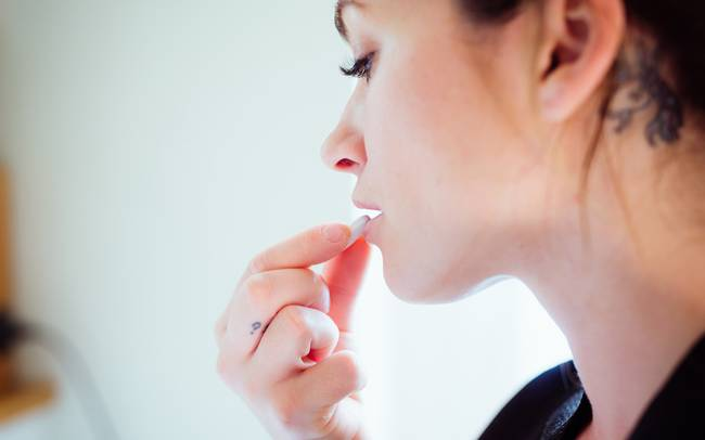 Môi khô, bong tróc có thể là hậu quả từ những thói quen này của bạna - Ảnh 5.