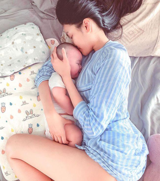 Lan Khuê khoe cực rõ mặt con trai 4 tháng tuổi nhưng ai cũng chú ý vào đôi chân của bà mẹ siêu mẫu - Ảnh 2.