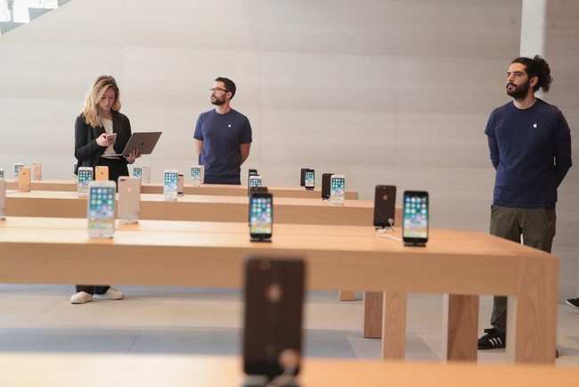 Không những trả lương vẫn đầy đủ, Apple còn tặng cho mỗi nhân viên 2,3 triệu đồng sắm đồ làm việc tại nhà - Ảnh 1.