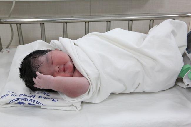 Hình ảnh đáng yêu của bé gái sơ sinh nặng kỷ lục 6kg mới chào đời sáng nay tại Trung tâm Sản Nhi Phú Thọ - Ảnh 2.