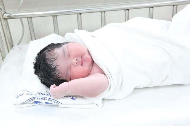 Hình ảnh đáng yêu của bé gái sơ sinh nặng kỷ lục 6kg mới chào đời sáng nay tại Trung tâm Sản Nhi Phú Thọ - Ảnh 1.