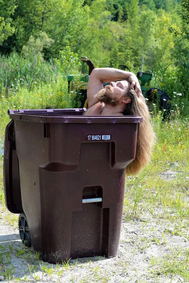 Phải ở nhà né dịch, dân Úc tranh thủ mở show diễn thời trang khi ra ngoài đổ rác - Ảnh 11.