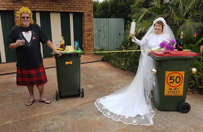 Phải ở nhà né dịch, dân Úc tranh thủ mở show diễn thời trang khi ra ngoài đổ rác - Ảnh 8.