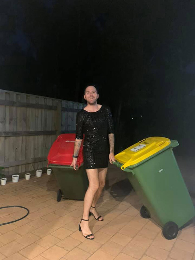 Phải ở nhà né dịch, dân Úc tranh thủ mở show diễn thời trang khi ra ngoài đổ rác - Ảnh 2.