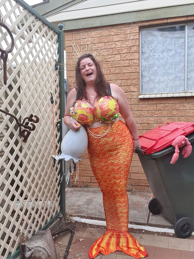 Phải ở nhà né dịch, dân Úc tranh thủ mở show diễn thời trang khi ra ngoài đổ rác - Ảnh 4.