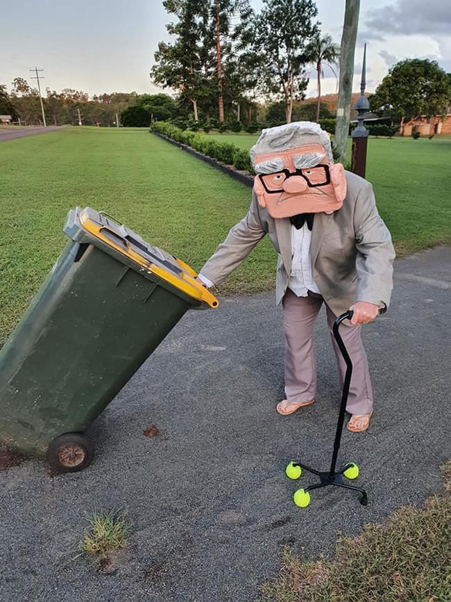 Phải ở nhà né dịch, dân Úc tranh thủ mở show diễn thời trang khi ra ngoài đổ rác - Ảnh 3.
