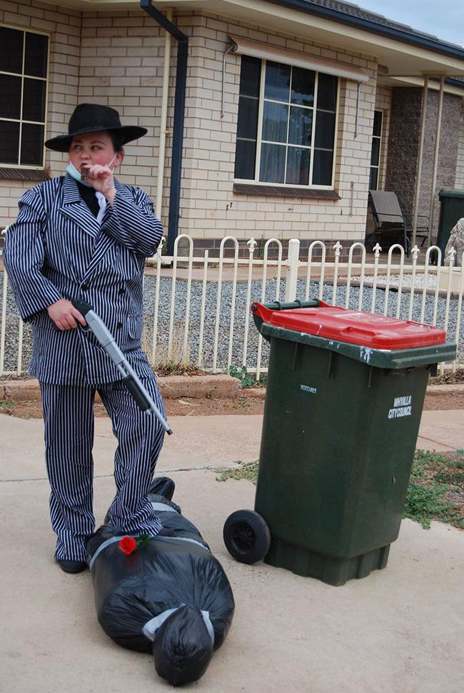 Phải ở nhà né dịch, dân Úc tranh thủ mở show diễn thời trang khi ra ngoài đổ rác - Ảnh 12.