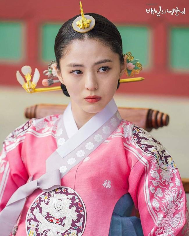 """Han Soo Hee trong """"Thế giới hôn nhân"""": Gây chú ý nhờ nhan sắc giống Song Hye Kyo, chọc điên khán giả khi vào vai tiểu tam mặt dày - Ảnh 5."""