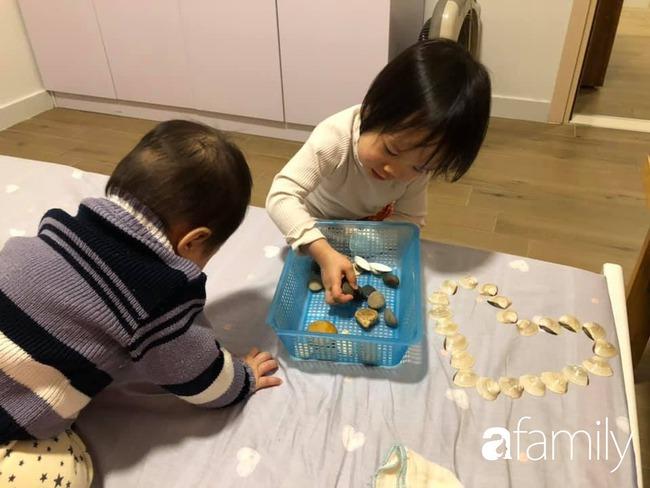 """Ở nhà tránh dịch, mẹ Hà Nội thiết kế hàng chục hoạt động thú vị mà chỉ tốn """"0 đồng"""" cho 2 con chơi say mê ngày này qua ngày khác - Ảnh 2."""
