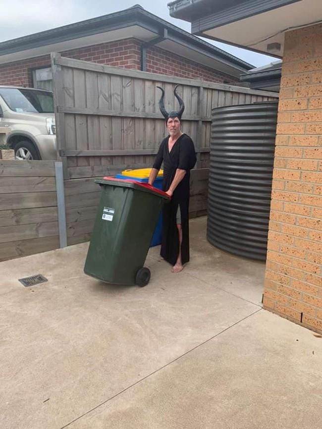 Phải ở nhà né dịch, dân Úc tranh thủ mở show diễn thời trang khi ra ngoài đổ rác - Ảnh 9.